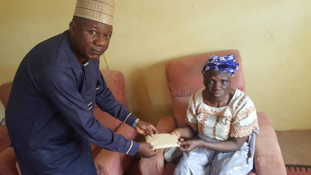 Dare Extends Kind Gesture to Sunday Bada's Mother, Donates Cash, Foodstuff